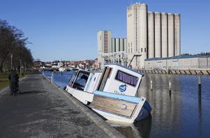 """""""19:e hålet"""" är full med vatten och står och lutar på botten i gästhamnen. Nu säger ägaren att han ska få bort båten inom några veckor."""