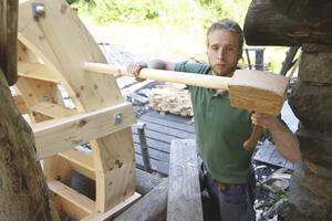 Elias Berg ser till att göra de sista arbetena på det nya vattenhjulet.