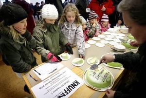 Sofie Ersson, Ella Kullberg, Anna Mattsson, Isabelle Ersson, Elvira Meijer och Ellen Meijer tog för sig av tårtan.