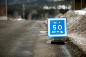 Rekommenderad fart 50 km/tim. Trafikanterna uppmanas att sänka farten på länsväg 331 på grund av skadorna.