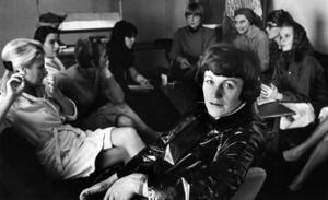 En av de oumbärliga: Sonja Åkesson 1964, i kretsen av kvinnor som medverkade i hennes revy