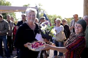 Pajmästare Ingrid Newberg får motta priset av Sara Johansson.