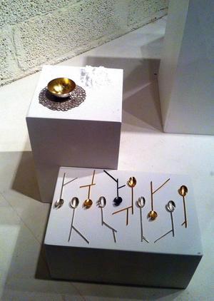 Hyllning till handarbetet eller uppgörelse med samhällsnormer? Sigrid Ingela Bloms installation är fantasieggande.