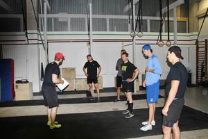 Henrik Petré instruerar William Karlsson, Anders Lindbäck, Emil Lundberg, Jacob Markström och Anton Rödin.