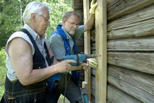 Christer Svensson och Inge Bäckström är de två pensionerade snickarna som renoverar det gamla soldattorpet.