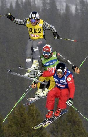 Uppifrån och ner, Louis-Pierre Helie, Kanada, Paul Eckert, Tyskland och Sergey Mozhaev, Ryssland, under åttondelsfinal i skicross för herrar (Audi FIS Ski Cross World Cup ) i Åre på lördagen.