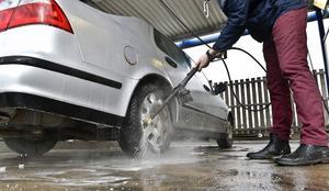 Det bästa för miljön är om man tvättar sin bil på en anläggning, till exempel en mack.