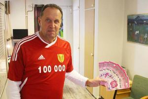 Göthe Hammarström på Svegs IK hoppas på att få sälja fler lotter till helgens direktsändning.