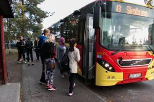 Anna Andersson och Edvin Jäderberg kliver på skolbussen i Järbo som ska ta dem till skolan i Sandviken.