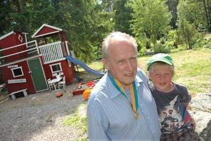MÄSTARE. Kaj Forsblom, 68, är svensk mästare i skytte i äldre veteranklassen. Barnbarnet Albin sitter bredvid.