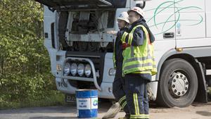 Räddningstjänsten fick sanera olja efter att en lastbil fått motorhaveri på riksväg 66.