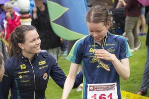 Glada miner till medaljen till Alfta-Ösa OK, Ylva Kindlundh (till vänster) och Elin Kindlund (till höger).