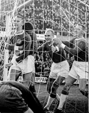 """Hans-Erik """"Lillis"""" Jonsson (t.v.) gör 1–0 mot Öster år 1964 och firas inne i målet."""