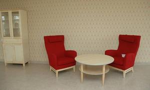 ALLRUM. Fina tapeter och nya fräscha möbler finns i de gemensamma allrum som finns på varje avdelning.