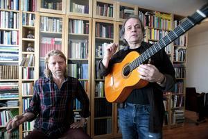 Stephan Jarl trummar och Claes Ottelid spelar flamencogitarr, ett instrument som är lättare än andra gitarrer.