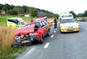 Den bakre bilen, som kördes av den kvinnliga föraren, blev rejält intryckt vid kraschen.