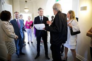 Konstnären Janne Björkman berättar för Frankrikes ambassadör Jean-Pierre Lacroix om utställningen kring Qvist-samlingen.