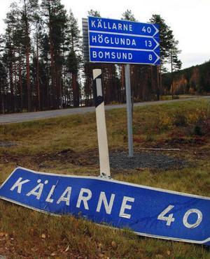 Bort med den gamla rättstavade och upp med den nya och felstavade vägskylten.Foto: Ingvar Ericsson