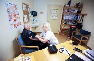 Ivan Persson från Kakuåsen, 2,5 mil från Hammerdal kollar sin diabetes 2-3 gånger om året. Anneli Larsson är förutom tf verksamhetschef och vd även diabetessjuksköterska.