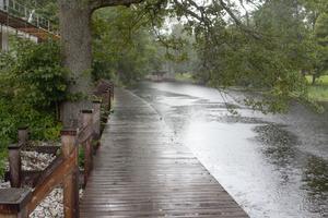 Den nya bryggan blir ett trevligt tillägg till den nya promenaden längs ån.