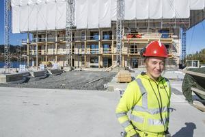 Ida Kristoffersson är en av snickarlärlingarna på bygget som just nu gipsar tak och ljudisolerar.