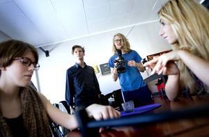 Modellfoto. Linnéa Elfström och Semra Dedic är två av de handplockade modeller som Simon Färdeman och  Emil B Wiman använder i en film som  nu ska visas i några särskilt utvalda ungdomliga miljöer under en femveckorsperiod.
