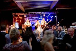 Redan från första stund är det total dansglädje på dansgolvet då Larz Kristerz från Älvdalen spelar upp.