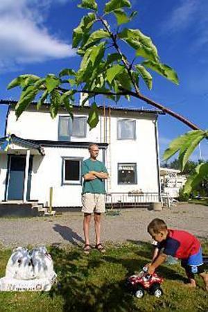 Foto: TERESE PERMAN Ledsen och besviken. Huset på Karlavägen fick en halvfärdig skorsten för nästan 9 000 kronor.\n- De pengarna är man blåst på, säger en uppgiven Lennart Lundborg. Sonen heter Elvir.