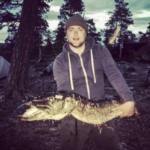Liam Mårskog från Delsbo var i Härjedalsfjällen på sin årliga fiskeresa med familj och vänner när han i fredags kväll drog upp en stor gädda med ett något udda maginnehåll.