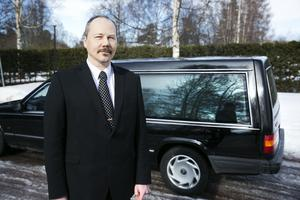Niklas Esters har valt att starta eget som begravningsentrepenör.