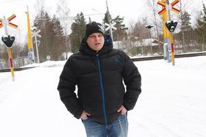 Mika Erkkonen tycker att Sundbovägen är smal och att det blir halt och spårigt på vintern. Han konstaterar att det gäller att vara uppmärksam.
