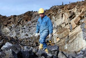 – Den här stenen som sprängdes loss för 14 dagar sedan kommer snart bli snart bli sand på våra vägar, berättar Björn Jönsson på Ås grus.Foto: Jan Andersson
