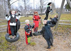 Lekfullt. I skymningstid samlades allehanda skrämmande figurer vid Lindholmstorpet. Korpen i Hällefors arrangerade spökvandring, men innan skräckens tid var inne hann deltagarna med att leka en smula.