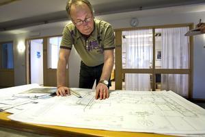 Roland Olsson, chef vid gatusektionen, talar om att det finns utrymme för en glasskiosk i Bergmansparken.