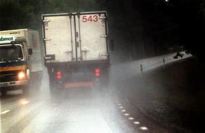 Smal, kruvig och farlig. En bild av den typiska svenska landsvägen. Här i länet inträffar flest olyckor på just 70-sträckor utan mitträcken visar Nerikes Brandkårs statistik.