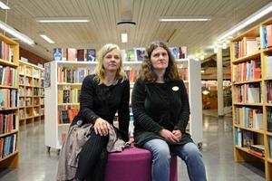 – Vi har ett enormt ökande tryck på e-böcker. Men det betyder inte att den traditionella boken minskar, för det gör den inte. Inte ännu i alla fall, säger Anna-Kari Bäckvall (till höger) som i likhet med Helena Andersson älskar att få komma med boktips till låntagarna på Östersunds bibliotek bibliotek.