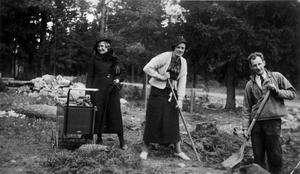 Eva och Erik Lindgren tar första spadtaget till sitt hem på Skiljebo, medan Anna-Vera Källman passar deras lilla son Arne.