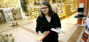 Biblioteksassistent Marie Hellbom skyndade sig att ställa fram böckerna av litteraturpristagaren Herta Müller efter att namnet meddelats.