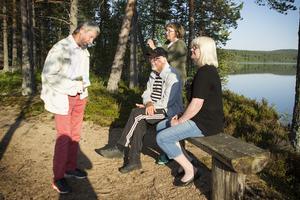 Per-Arne Jonsson, Bosse Jörneblad, Karin Jonsson och Gertrud Berglund är några av de som ingår i Albert Viksten Sällskapet. Här sitter de på udden vid Ängrasjön.