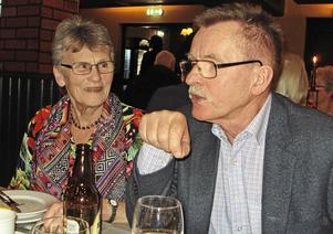 Det förväntansfyllda paret Gun och Robert Källman i funderingar om vad Hjalmar skulle berätta om Hustrun Hilda den här gången?