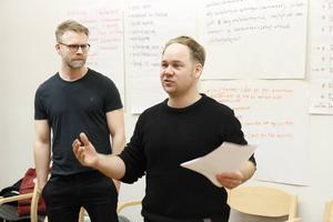 Mårten Andersson och Joakim Rindå från Riksteatern för att samla berättelser om hur det är att vara annorlunda på landsbygden.