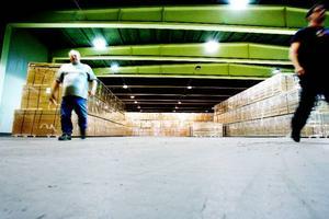 """""""I dag ska vi skicka tillbaka tomma pallar till Ikea"""", berättar Conny Pettersson och Stefan Nyström, som är den enda personalen kvar på ACB Laminat i Skanderåsen.Foto: Henrik Flygare"""
