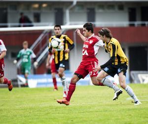 Karim Rebai gjorde själv ett mål och spelade fram till ytterligare två när Falu FK vann den mycket viktiga matchen mot Västerås. Här ses han i aktion mot en VIK-spelare.