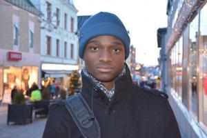 Geoffrey Kangela, Mellansel:– Ja, jag är äldst av fem syskon och med små barn är det viktigt att ha koll på levande ljus. Vi ställer ljusen på höga ställen.