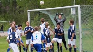 Virsbo IF (blått) ställer upp med ett ungt lag i division 6 i år.