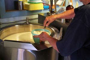 När mjölken är uppvärmd till 37 grader i den stora kokgrytan tillsätter Astrid en avredning på vetemjöl .