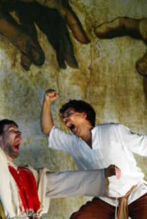 David (Pontus Ströbaek) har besegrat Goliat med sin slunga och jubel utbryter.