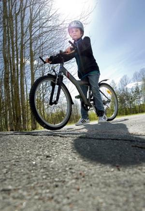 Aridon, 9 år, slog sig rejält när han överrrumplades av den stora bulan på cykelvägen.