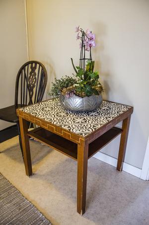 Ett bord med kakelplattor som Margareta själv målat mönstret på med hjälp av en mall hon skrivit ut.