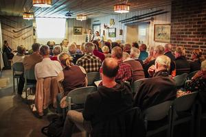 Ett hundratal intressenter slöt upp under informationsmötet för att lyssna på kommunens tjänstemän.